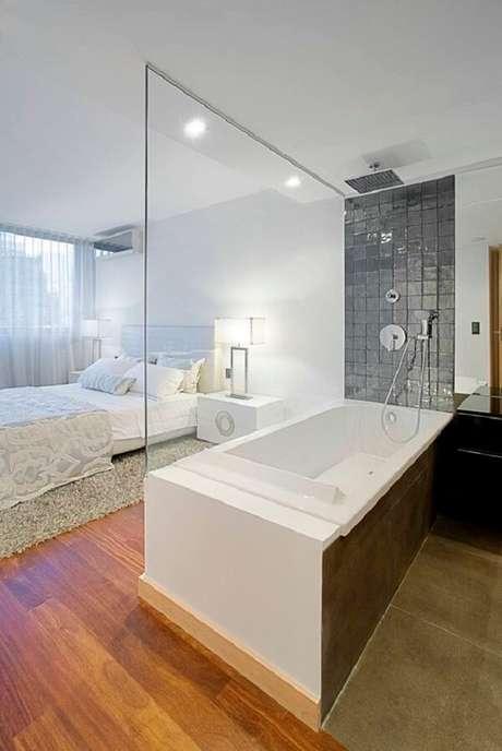 44. A divisória em vidro traz elegância integra as áreas do quarto com suíte. Fonte: Homify