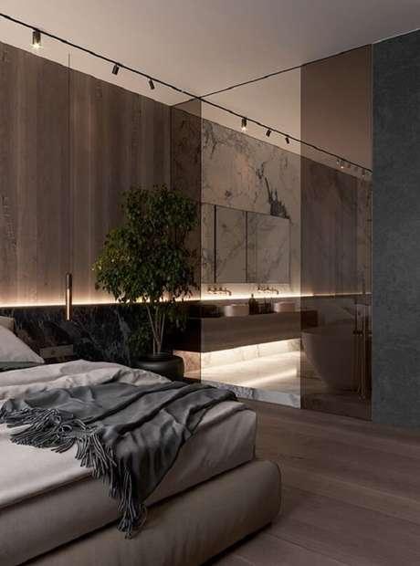 34. A iluminação fez toda a diferença nesse projeto de quarto com suíte e closet pequeno. Fonte: Dezignark