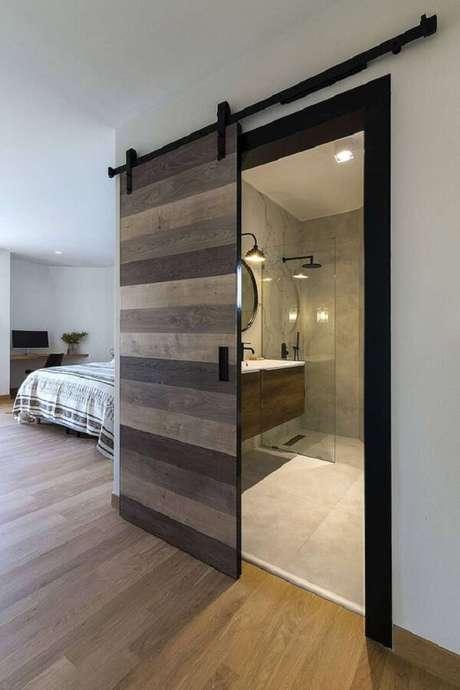 4. A porta de correr foi a aposta certa para esse quarto com banheiro simples. Fonte: Home Adore