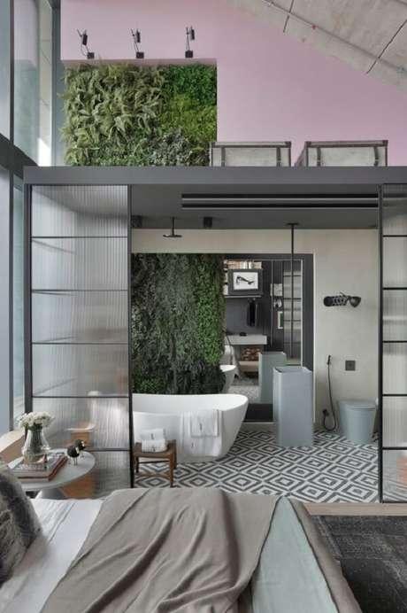 5. A porta de vidro canelado traz charme para a decoração do quarto com suíte e closet. Fonte: Dellano Home Styling