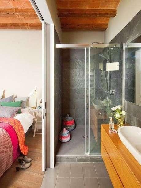 31. As roupas de cama coloridas alegram o quarto com suíte e closet pequeno. Fonte: Blog Lovin
