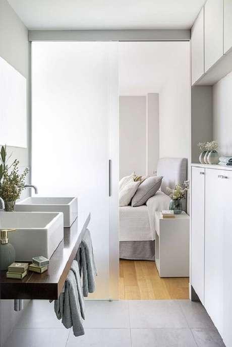 2. Decoração clean para quarto com suíte de vidro e duas cubas. Fonte: Micasa Revista