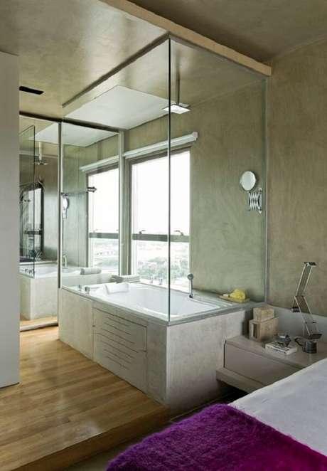 32. Decoração moderna e sofisticada para esse quarto com suíte de vidro. Fonte: Casa Vogue