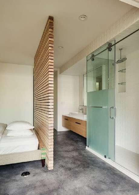 28. Divisória em madeira e porta de vidro para esse quarto com suíte pequeno. Fonte: Dwell