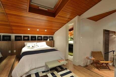 13. Invista em um lindo tapete no quarto com suíte. Projeto por Anna Maya Arquitetura