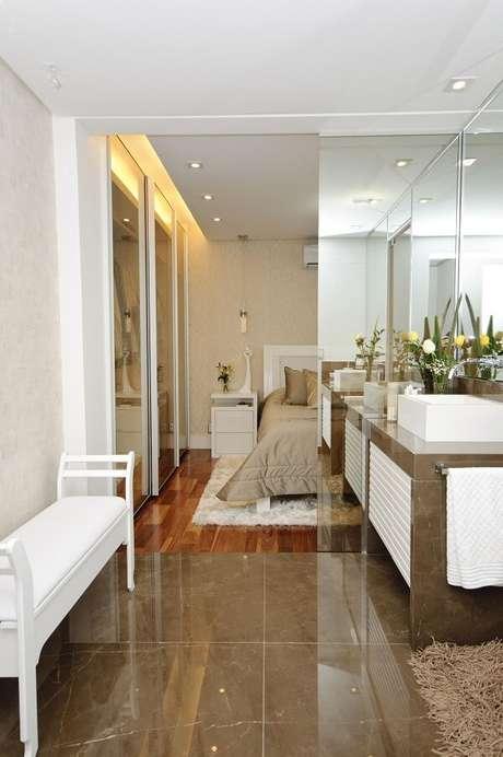 43. Modelo de quarto com suíte com decoração clean e funcional. Projeto por Érica Salguero