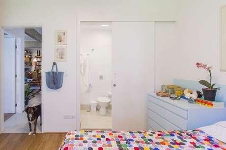 14. Nesse quarto com suíte simples a cômoda azul bebê se destaca. Projeto por Pagama arquitetura + design