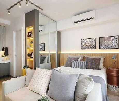 42. O armário espelhado ajuda na claridade dentro do quarto com suíte. Fonte: Pinterest