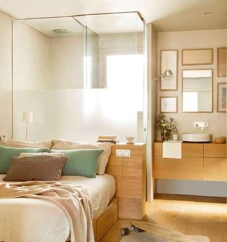3. O banheiro foi estruturado atrás da cama de casal. Fonte: Mueble