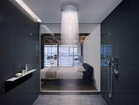 16. O chuveiro é a grande atração desse quarto com suíte de vidro. Fonte: Limaonagua