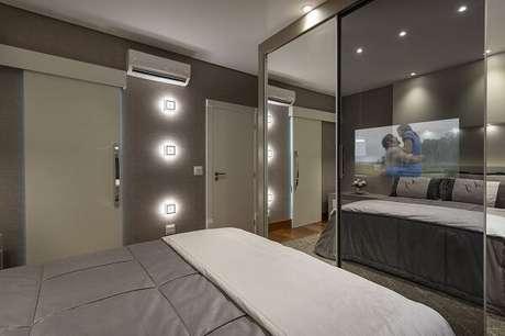 15. O papel de parede marrom e as luminárias se destacam nesse quarto com suíte. Projeto por Aquiles Nicolas Kílaris