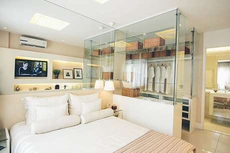 6. Quarto com suíte e closet pequeno com decoração neutra. Projeto por Maria Fernanda Gama Ribeiro