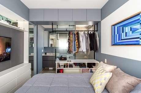 19. Quarto com suíte e closet pequeno como divisória de ambientes. Fonte: GoUp Arquitetura