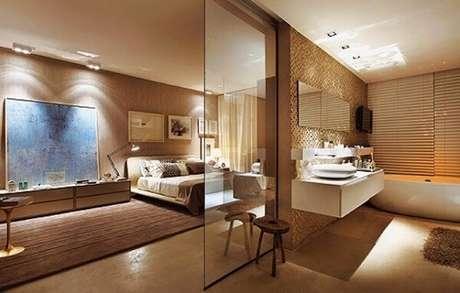 50. Tons terrosos decoram esse quarto com suíte de vidro. Fonte: Pinterest