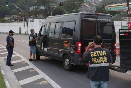A prefeitura de Santos voltou a instalar barreiras para evitar a entrada de turistas de um dia. Ônibus e vans são abordados em acessos às praias
