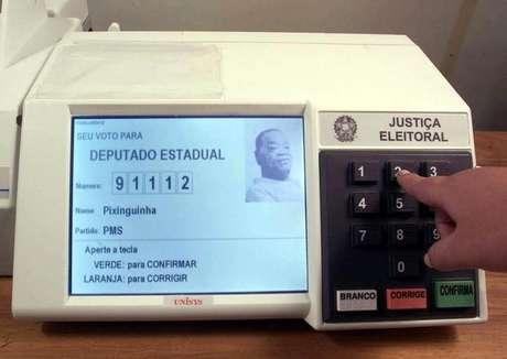 Vista de urna eleitoral eletrônica. 2/10/2002. REUTERS.
