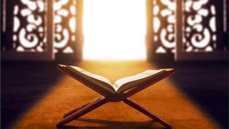 Segundo os muçulmanos, seis séculos após o nascimento de Jesus, Deus revelou o Alcorão ao profeta Muhammad por meio do anjo Gabriel, o mesmo que, segundo o cristianismo, anunciou a Maria que ela estava grávida