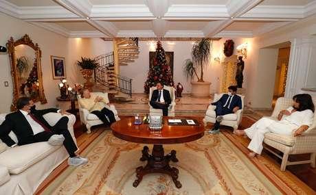 O presidente dos Correios, Floriano Peixoto; Silvio Santos; Jair Bolsonaro; o ministro das Comunicações, Fábio Faria; e Íris Abravanel: conversa sobre amenidades