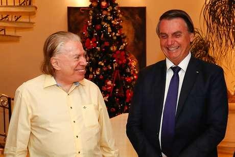 Silvio ao natural (sem maquiagem nem cabelos cortados, tingidos e penteados) não disfarçou o orgulho pela homenagem prestada por Bolsonaro