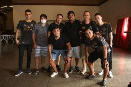 Ronaldinho posa com atletas, comissão técnica e dirigentes da R10 Team (Foto: Fernando Fruke)