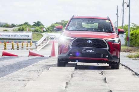 Corolla Cross terá alguma aptidão off-road, mas a estratégia é se diferenciar do Jeep Compass.