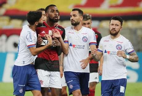 Meia Gerson, do Flamengo, cercado por jogadores do Bahia 20/12/2020  REUTERS/Sergio Moraes