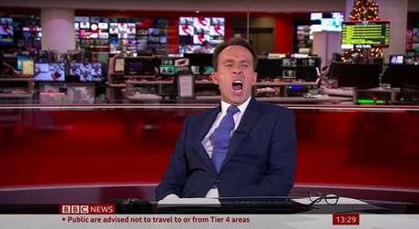 Ai que sono! Ben Brown não segurou o bocejo após várias horas de plantão na TV