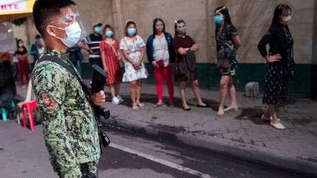 Fiéis fazem filas para missa em Manila