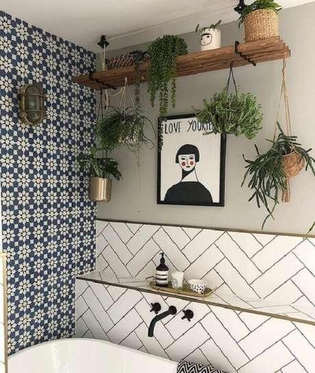 15. A planta ornamental plantada em vasos suspensos deixa o ambiente ainda mais aconchegante. Fonte: Pinterest