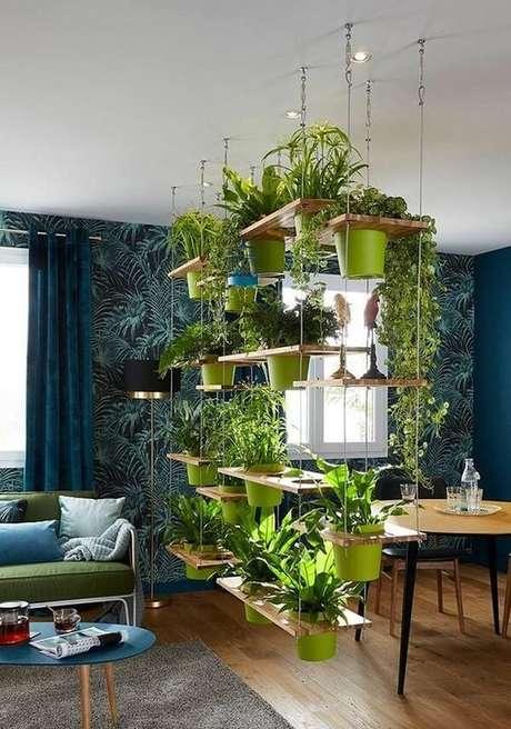 2. A prateleira moderna serve de divisória de ambiente e sustenta diversos vaso de planta suspenso. Fonte: Pinterest