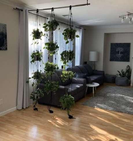 35. As cordas fixadas no teto ajudam a manter os vasos para jardim suspenso. Fonte: Pinterest