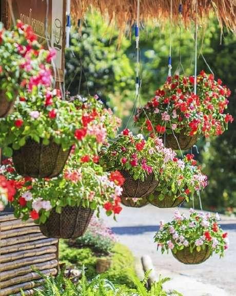 45. As flores para vasos suspensos deixam a fachada de casa alegre. Fonte: Pinterest