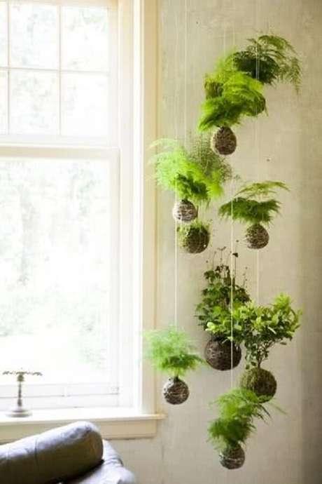 46. As kokedamas são alternativas de suporte para vaso de planta suspenso. Fonte: Pinterest
