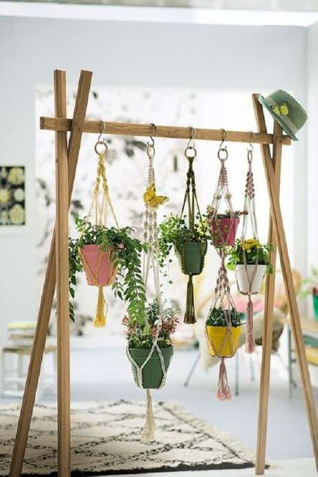 37. Estrutura criativa acomoda vasos para jardim suspenso. Fonte: Pinterest