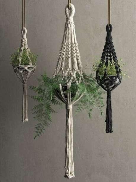 23. Macramês preto e branco são perfeitos para vasos para jardim suspenso. Fonte: Pinterest