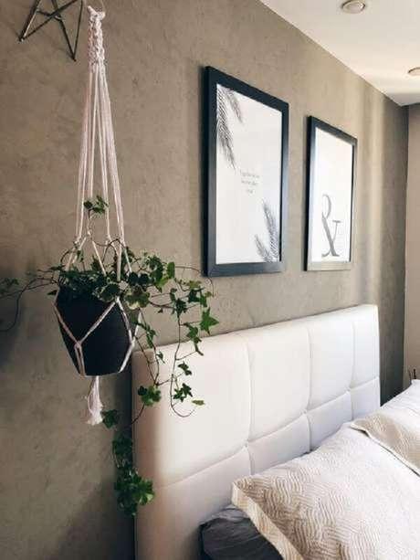 21. O suporte para vaso suspenso delicado traz muito charme para esse quarto. Fonte: Pinterest