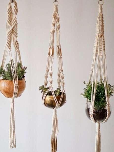 24. O suporte para vaso suspenso em macramê compõe um jardim suspenso estilo Boho. Fonte: Pinterest