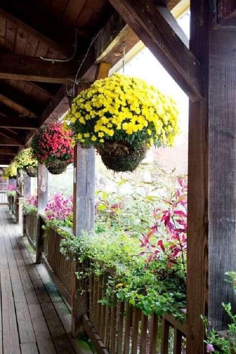 38. O terraço fica ainda mais charmoso na presença de flores para vasos suspensos. Fonte: Pinterest