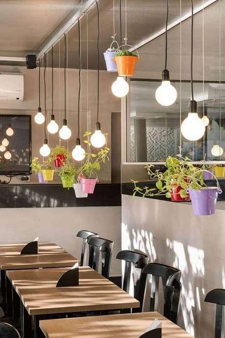 28. Os vasos para jardim suspenso coloridos trazem alegria para a decoração. Fonte: Pinterest