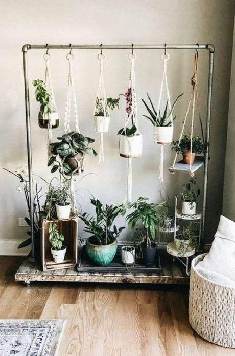 29. Os vasos para jardim suspenso foram pendurados na estrutura de arara de roupas. Fonte: Pinterest