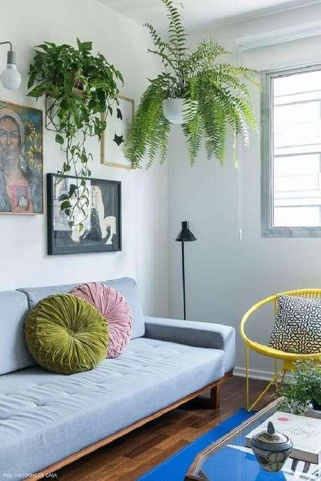 17. Os vasos suspensos para plantas deixam a sala de estar charmosa. Fonte: Histórias de Casa