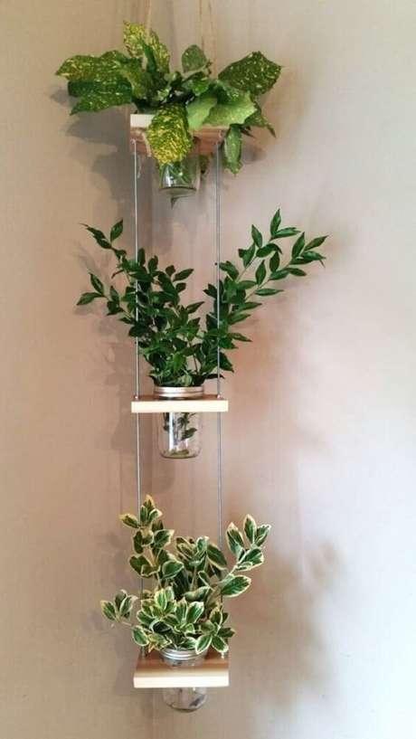 10. Planta ornamental plantada em vasos suspensos de canto. Fonte: Pinterest
