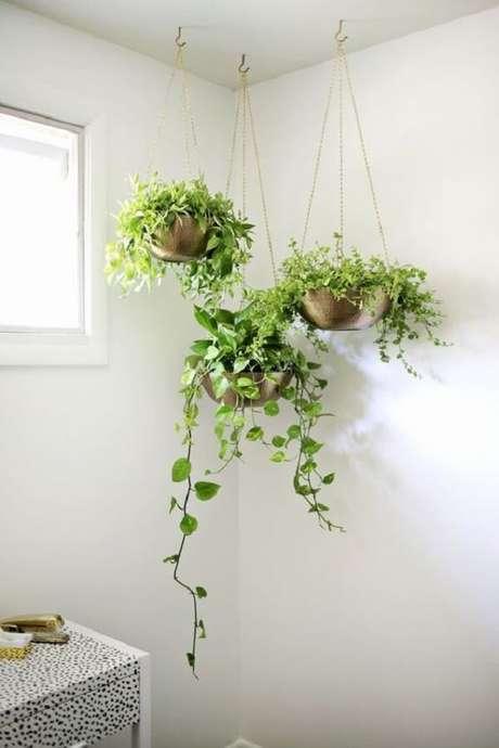 12. Planta ornamental plantada em vasos suspensos no banheiro. Fonte: Pinterest