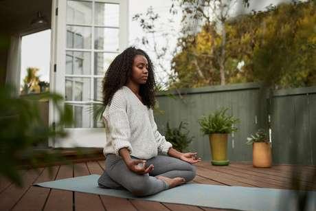 A posição adequada para meditar é a que a coluna esteja ereta e o corpo confortável