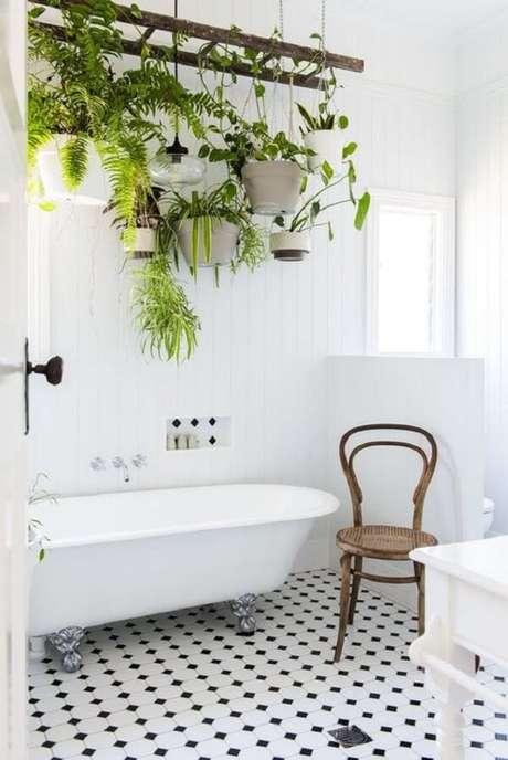 14. Se seu banheiro for iluminado a planta ornamental plantada em vasos suspensos irá crescer de forma saudável. Fonte: Pinterest