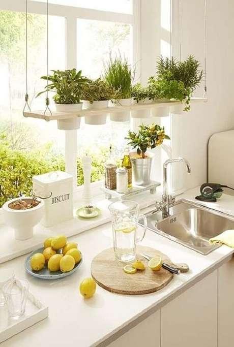 49. Vasos para horta suspensa clean traz temperos fresquinhos para cozinha. Fonte: Pinterest