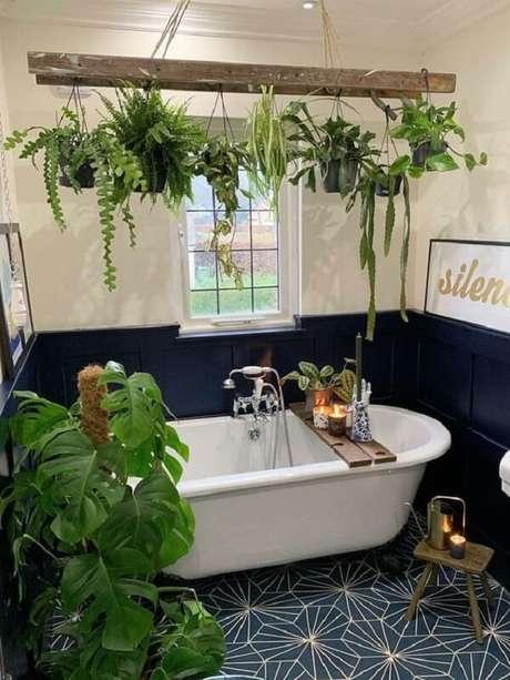 44. Vasos suspensos na parede trazem um toque natural para o banheiro. Fonte: Arkpad