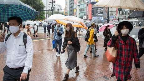 Japão não adotou quarentena obrigatória, mas quase todo mundo usa máscaras e adota distanciamento social
