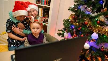 Caso tenha familiares ou amigos com quem deseja falar no Natal, combine de fazer uma videochamada com eles, por exemplo