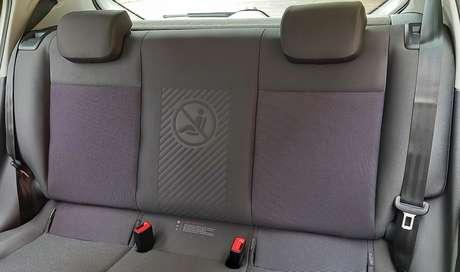 Volkswagen Up 2021: aviso no banco traseiro que o meio não é para levar passageiro.